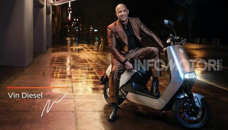 Vin Diesel diventa Fast, Furious & Green in sella allo scooter Yadea G5 - Foto 1 di 7