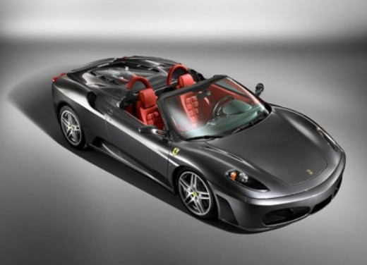 Ferrari F430 Spider incastrata tra i vicoli di un paesino - Foto 2 di 8