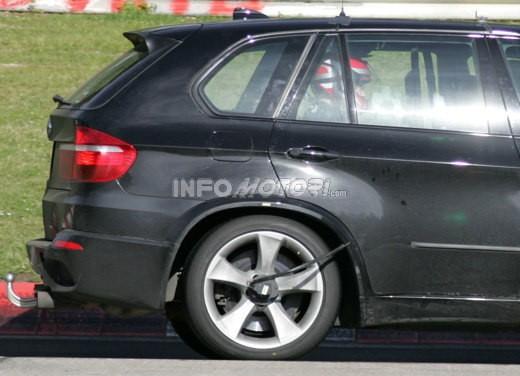 BMW X5 V8 biturbo, il reparto Motorsport mette in pista 400 CV - Foto 18 di 18