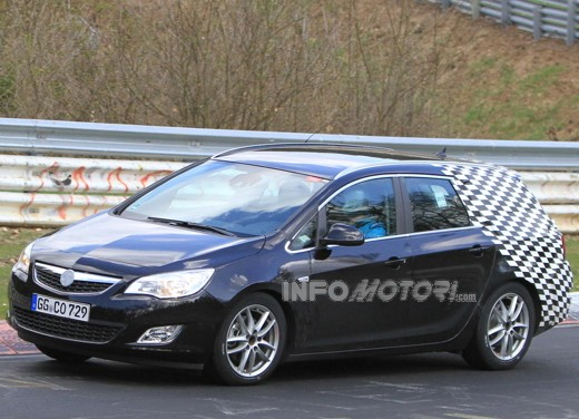 Opel Astra station wagon scoop