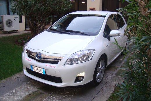 Toyota Auris hybrid Long test drive