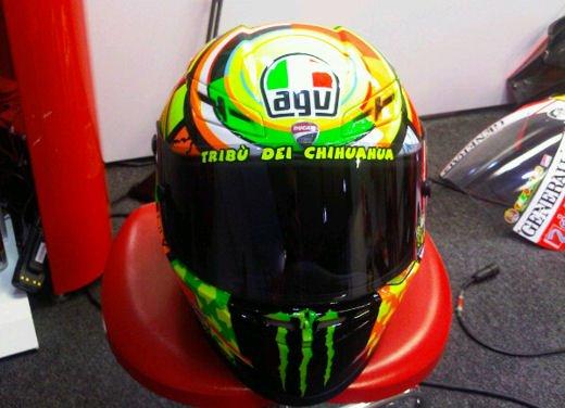 Valentino Rossi al GP di Qatar 2011 con nuovo casco ed adesivi per la GP11
