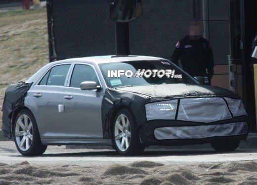 Chrysler 300 SRT8: prime immagini spia della ammiraglia in versione sportiva