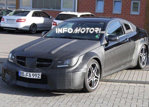 Mercedes-Benz C63 AMG Black Edition prime immagini spia - Foto 8 di 16
