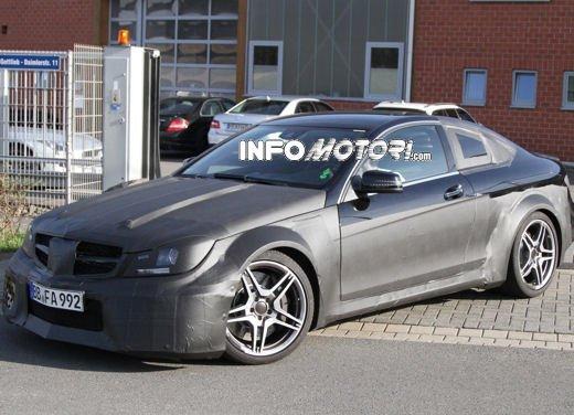 Mercedes-Benz C63 AMG Black Edition prime immagini spia - Foto 9 di 16