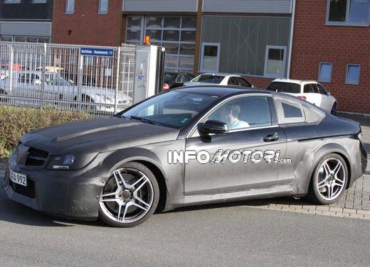 Mercedes-Benz C63 AMG Black Edition prime immagini spia - Foto 10 di 16