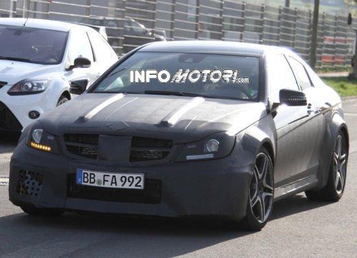 Mercedes-Benz C63 AMG Black Edition prime immagini spia - Foto 12 di 16