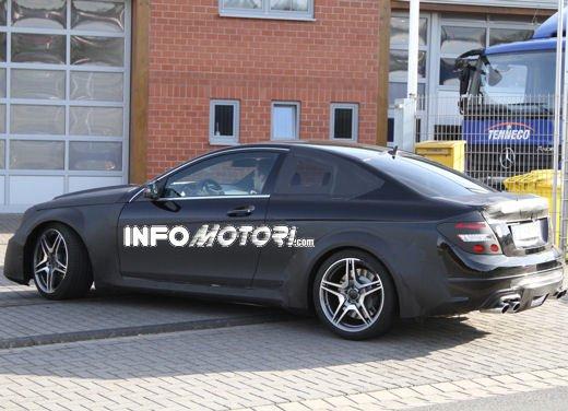 Mercedes-Benz C63 AMG Black Edition prime immagini spia - Foto 13 di 16
