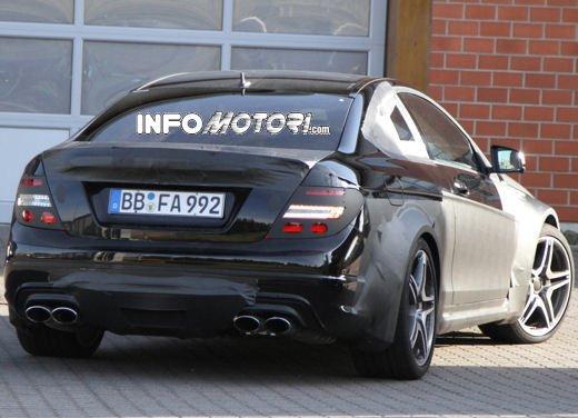 Mercedes-Benz C63 AMG Black Edition prime immagini spia - Foto 16 di 16