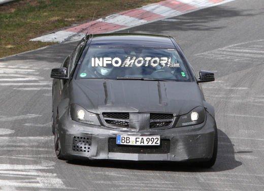 Mercedes-Benz C63 AMG Black Edition prime immagini spia - Foto 1 di 16