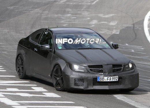 Mercedes-Benz C63 AMG Black Edition prime immagini spia - Foto 2 di 16