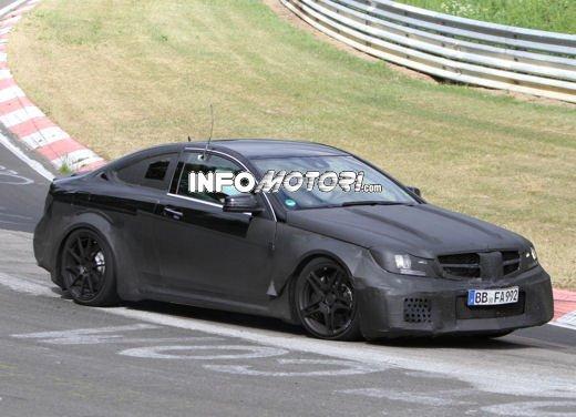 Mercedes-Benz C63 AMG Black Edition prime immagini spia - Foto 3 di 16
