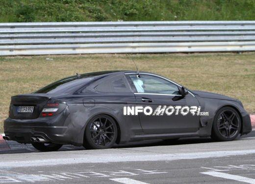 Mercedes-Benz C63 AMG Black Edition prime immagini spia - Foto 5 di 16