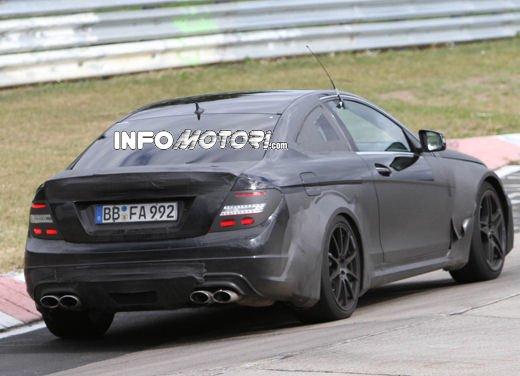 Mercedes-Benz C63 AMG Black Edition prime immagini spia - Foto 6 di 16