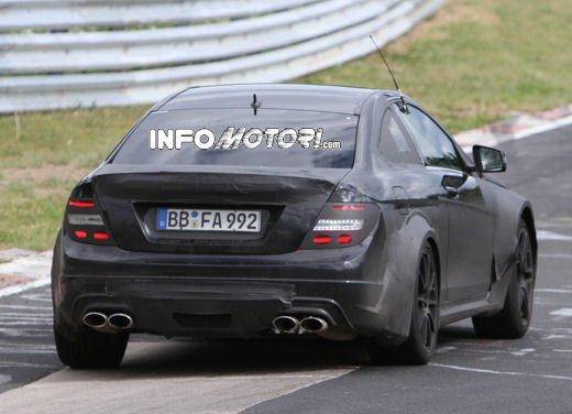 Mercedes-Benz C63 AMG Black Edition prime immagini spia - Foto 7 di 16