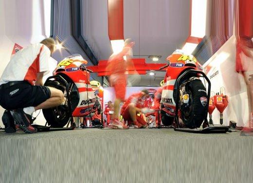 Ducati GP12 in pista al Mugello con Valentino Rossi e Franco Battaini - Foto 14 di 16