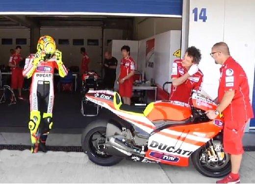 Ducati GP12 in pista al Mugello con Valentino Rossi e Franco Battaini - Foto 15 di 16