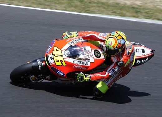 Ducati GP12 in pista al Mugello con Valentino Rossi e Franco Battaini - Foto 7 di 16