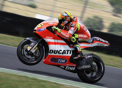 Ducati GP12 in pista al Mugello con Valentino Rossi e Franco Battaini - Foto 3 di 16