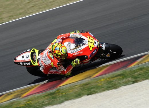 Ducati GP12 in pista al Mugello con Valentino Rossi e Franco Battaini - Foto 9 di 16
