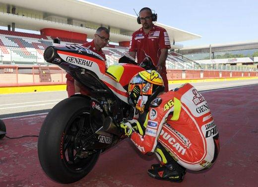 Ducati GP12 in pista al Mugello con Valentino Rossi e Franco Battaini - Foto 10 di 16