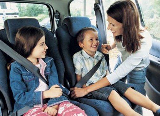 Bambini in auto, seggiolino e altri consigli per il trasporto sicuro - Foto 4 di 12