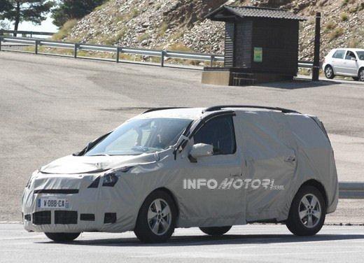 Renault Scenic: prime foto spia del facelift - Foto 8 di 12