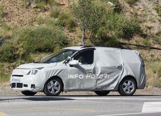 Renault Scenic: prime foto spia del facelift - Foto 4 di 12