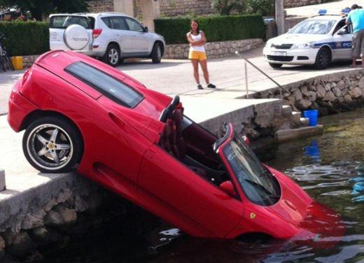 Ferrari 360 Modena Spider finisce in acqua - Foto 7 di 10