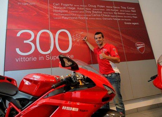 Carlos Checa e la Ducati augurano Buon Natale - Foto 1 di 10