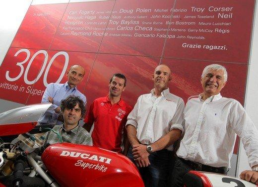 Carlos Checa e la Ducati augurano Buon Natale - Foto 3 di 10