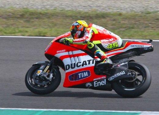 Ducati GP12 in pista al Mugello con Valentino Rossi e Franco Battaini - Foto 1 di 16