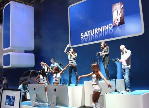 Stelle, campioni e vip al Motorshow di Bologna - Foto 12 di 23