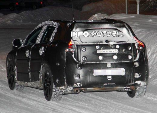 Prime immagini spia della nuova Volvo V40 - Foto 1 di 5