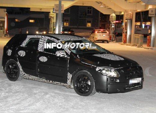 Prime immagini spia della nuova Volvo V40 - Foto 2 di 5