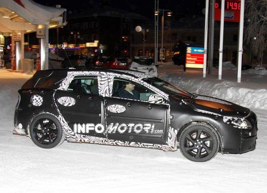 Prime immagini spia della nuova Volvo V40 - Foto 3 di 5