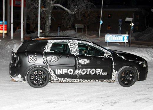 Prime immagini spia della nuova Volvo V40 - Foto 4 di 5