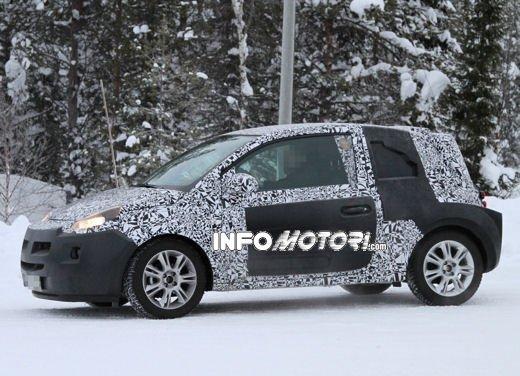 Foto spia della Opel Junior, la nuova compatta attesa per fine anno - Foto 11 di 17