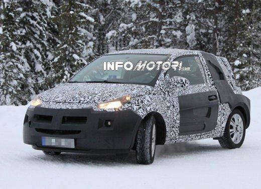 Foto spia della Opel Junior, la nuova compatta attesa per fine anno - Foto 12 di 17