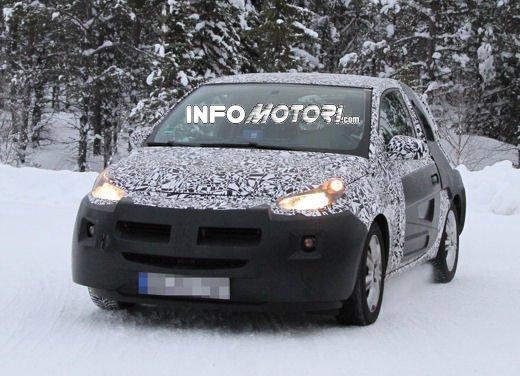 Foto spia della Opel Junior, la nuova compatta attesa per fine anno - Foto 13 di 17