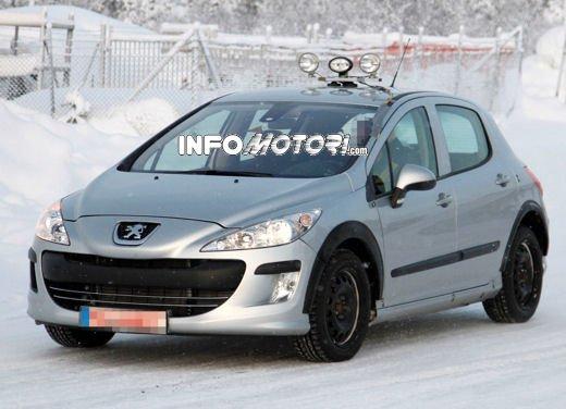 Prime foto spia della nuova Peugeot 301 - Foto 8 di 13