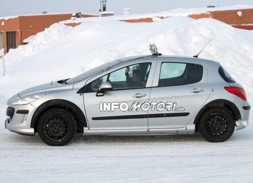Prime foto spia della nuova Peugeot 301 - Foto 10 di 13