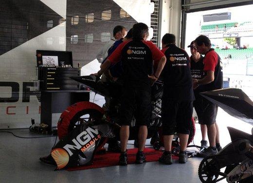 MotoGP: Ben Spies in testa e Valentino Rossi  ottavo nei test della mattina - Foto 11 di 12