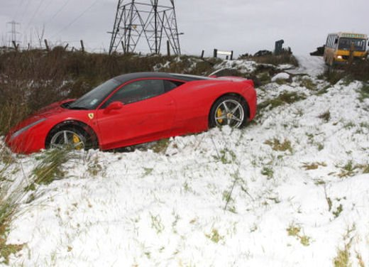 Ferrari 458 Italia crash, incidente a causa della neve - Foto 2 di 15