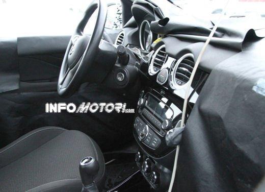 Foto spia della Opel Junior, la nuova compatta attesa per fine anno - Foto 9 di 17