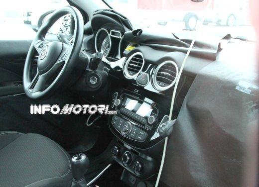 Foto spia della Opel Junior, la nuova compatta attesa per fine anno - Foto 1 di 17