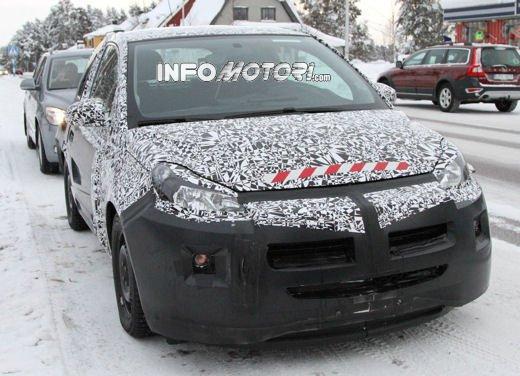 Foto spia della Opel Junior, la nuova compatta attesa per fine anno - Foto 2 di 17