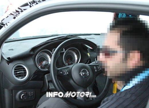 Foto spia della Opel Junior, la nuova compatta attesa per fine anno - Foto 8 di 17