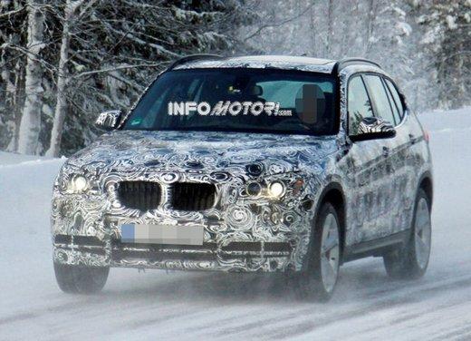 BMW X1 prime foto spia del restyling sulla neve - Foto 1 di 18