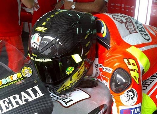 Dainese ed AGV proteggono con casco e tuta i campioni di MotoGP e SBK con Valentino Rossi e Max Biaggi in testa